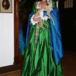 Herrliches Renaissancekleid mit Pfauenfedern